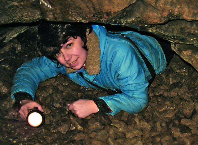 Передвигаться по пещере иногда приходится на корточках, а то и ползком по низким переходам