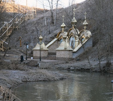 У подножия холма, на котором стоит церковь, бьет святой источник