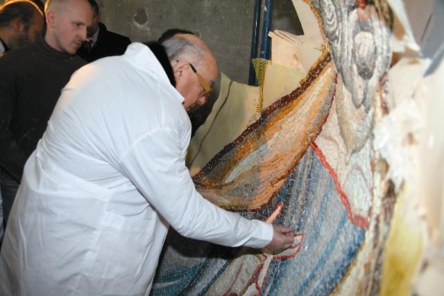 Владимир Ресин вкладывает последний фрагмент мозаики, завершивший кропотливую работу над образом