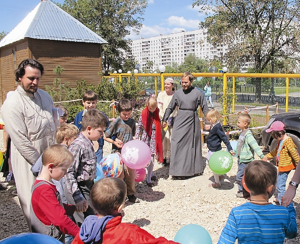 Праздник на детской площадке у временного храма