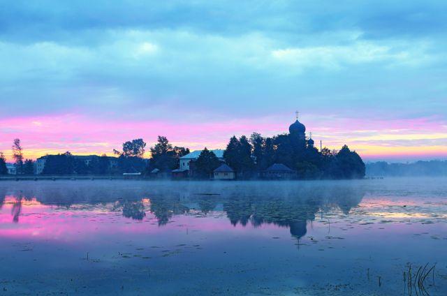 Уединенный монастырь стали называть Введенской островной пустынью, это же название закрепилось и за озером