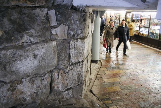Фрагмент внешней стены Варварьинской при выходе на одноименную улицу из подземного перехода