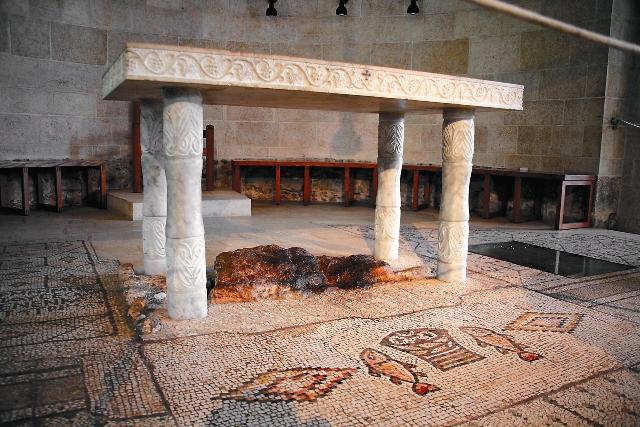 Здесь Христос совершил чудо насыщения пяти тысяч человек пятью хлебами и двумя рыбами. С тех пор в эти места стекаются верующие