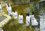Священная река Иордан. Окунувшись в ее воды, каждый христианин ощущает неизъяснимую благодать, очищение от грехов и неопровержимую реальность произошедшего здесь великого события – Крещения Господня