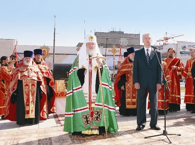 В апреле 2011 года Святейший Патриарх Кирилл вместе с мэром Москвы заложили камень в фундамент первого из 200 храмов