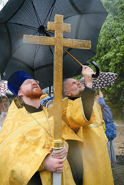 Именно в желтые одеяния облачаются священники в воскресные дни, когда прославляется Христос, его победа над силами ада