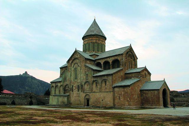 Храм Светицховели стоял здесь еще в IV веке, на том месте, где по легенде была укрыт хитон Христа