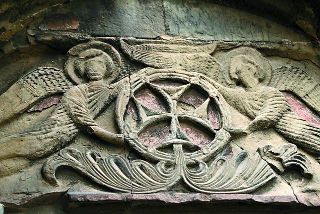 Фрагмент декора башни-звонницы в крепостной стене собора Светицховели