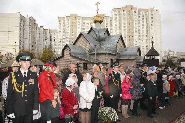 Первое время прихожане молились в небольшом вагончике, но к 2000 году дружными усилиями поставили временный деревянный храм в честь Святой Троицы