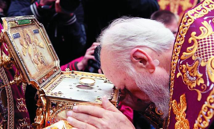 В Русском Свято-Пантелеимоновом монастыре хранится честная глава святого целителя. Реликвия трижды покидала Святую Гору и все три раза посещала Россию.