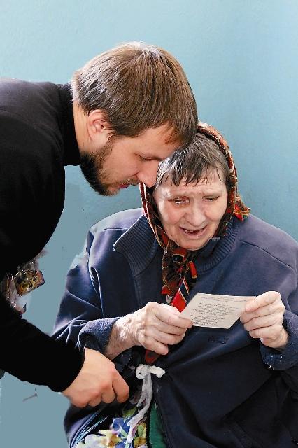 Старики перечитывают письма по многу раз, устраивают на подоконниках «выставки» присланных фотографий и открыток