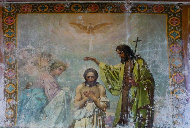 Чудесные росписи когда-то были варварски замазаны масляной краской