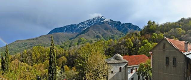 Монахи Афона говорят: если облако покрывает верхушку Святой Горы, Богоматерь незримым образом присутствует в Своей обители