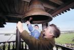 На Светлой Седмице любой православный христианин может подняться на колокольню и позвонить в колокола, прославляя Воскресшего Спасителя