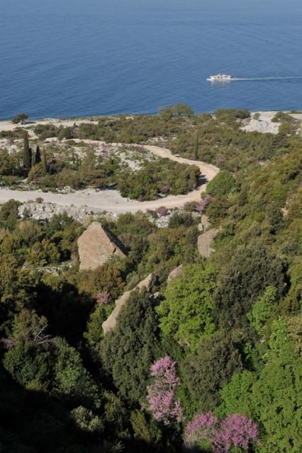 Женщинам запрещено посещать Святую Гору, но для них организованы прогулки на теплоходе вдоль побережья