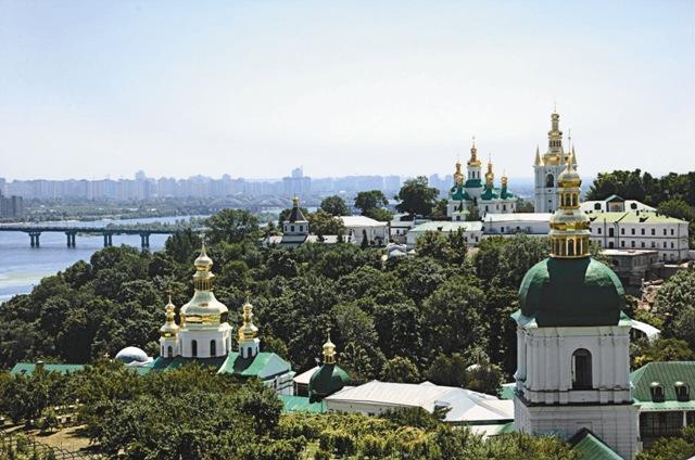 В самом сердце города над Днепром возвышаются 23 храма, а под ними – удивительный мир пещер, где покоятся мощи более чем сотни святых.