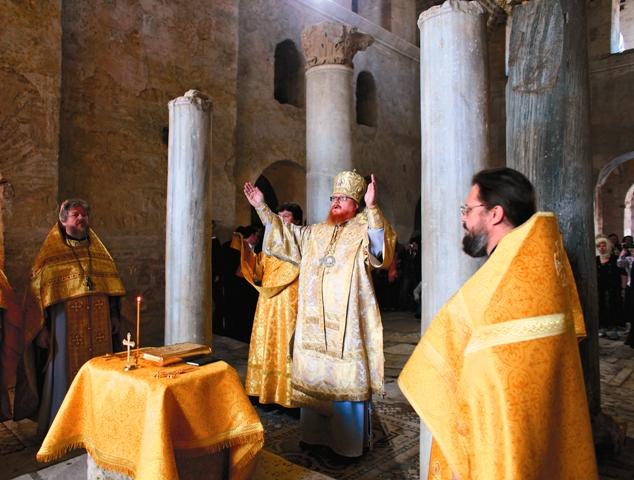 Епископ Подольский Тихон во время богослужения в Никольском храме в Мирах Ликийских