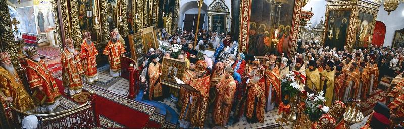 Во время владычьей службы в Троицком соборе