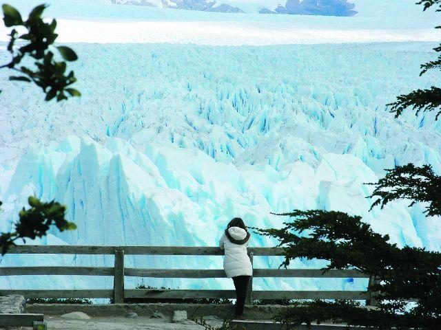 Сокровище национального парка Лос-Гласьярес – 30-кило- метровый ледник Перито-Морено выступает из воды на 60 метров.