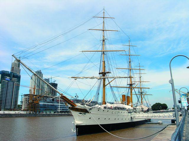 Название «Аргентина» происходит от латинского argentum – серебро, поскольку испанские морепла- ватели XVI века ошибочно полагали, что там имеются богатые запасы этого металла
