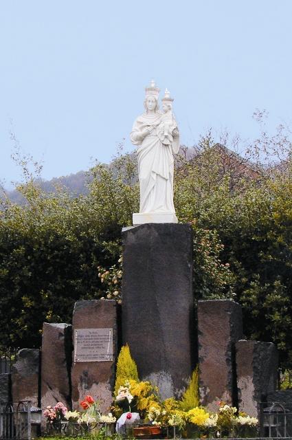 Очень красноречиво смотрится: черная дорога, а перед ней – белая Богородица