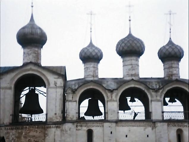 В фильме мы чаще всего видим надвратную церковь Воскресения Христова. На ее фоне Бунша и Жорж Милославский бегают по крыше и арочным переходам кремля.