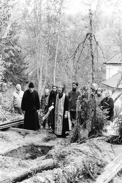 Панихида у могилы архиепископа Петра (Зверева), 1999