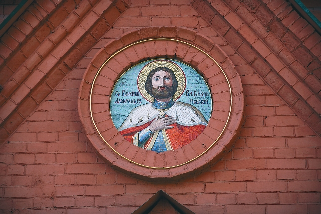 Два года отец Олег со своими прихожанами служил возле храмовых стен и буквально вымолил его