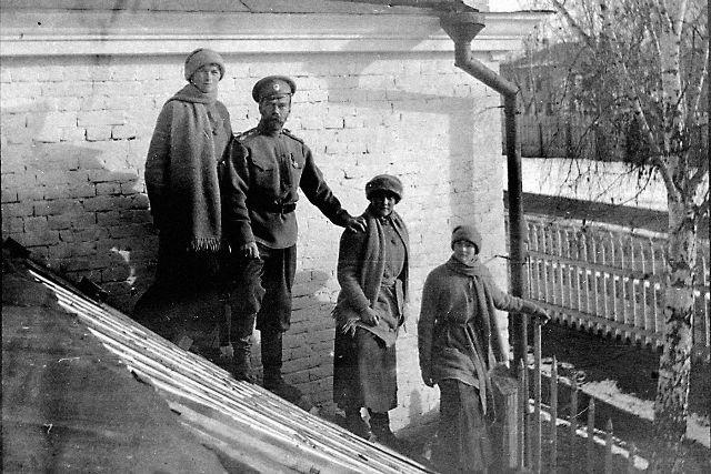 Николай II сдочерьми Ольгой, Анастасией и Татьяной в Тобольске зимой 1917 года