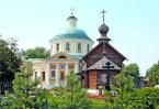 Специально для богомольцев на озере построили деревянную часовню с купальнями