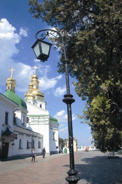 В России название Лавра употребляется в смысле большого монастыря, богато- го и знаменитого.