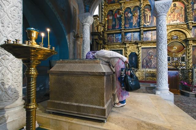 Серебряная рака и каменная сень над мощами праведного Прокопия
