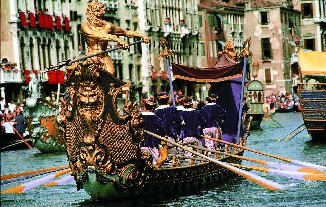 В официальных документах Венецианской республики уже в XI веке карнавал упоминается как событие, предшествующее религиозному посту перед Пасхой.