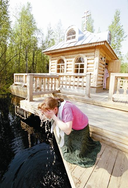 После того, как священник причастил болящую, она выпила воду из святого источника и сразу почувствовала себя лучше