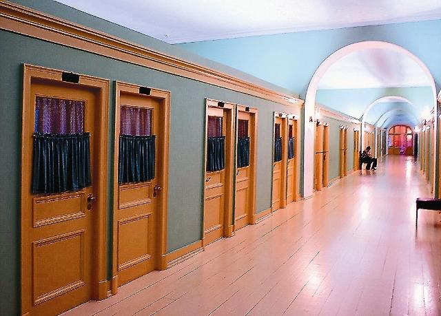 В 10 часов после вечерней молитвы длинный сводчатый коридор 4-го этажа погружался во мрак