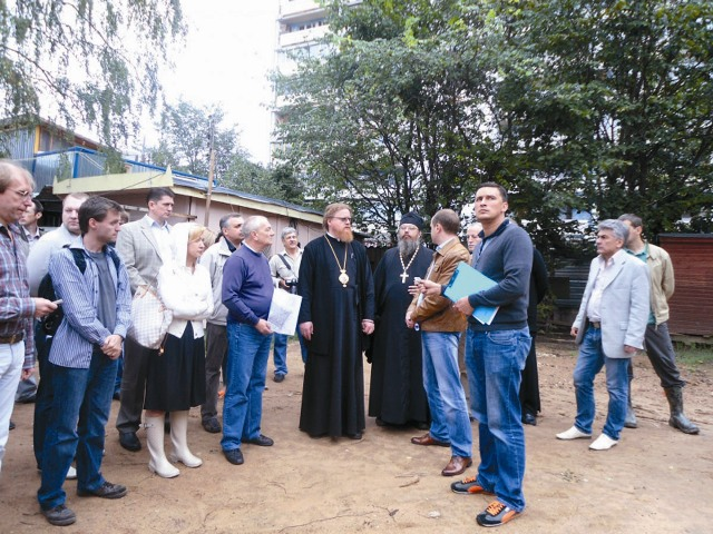 Епископ подольский Тихон на строительной площадке