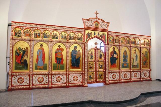 Фарфоровый иконостас для этого храма сделали питерские мастера