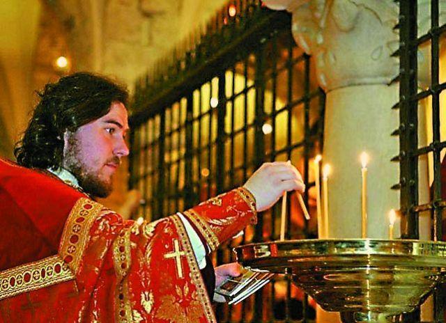 Миро от мощей святого Николая раздается огромному числу паломников со всех концов света