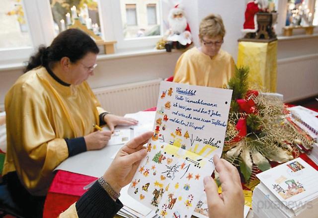 Итальянские детишки пишут своим родителям письма о том, как они их любят. Эти трогательные признания вся семья читает после  рождественского обеда