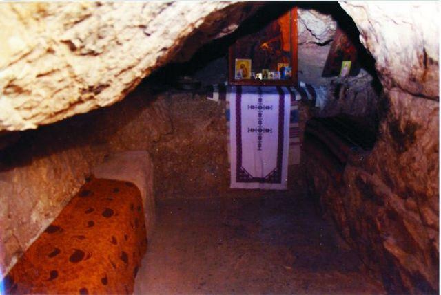 Совершенно невероятно, но ни- чем не поддерживаемая земля стояла над гробом преподобного как свод пещеры