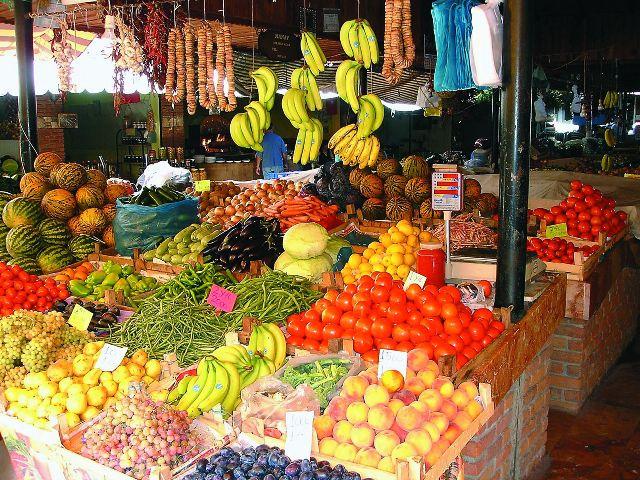 У киприотов принято продавать на рынке излишки своего хозяйства и при этом неважно, кто ты — священник, учитель, шофер или кто- то еще
