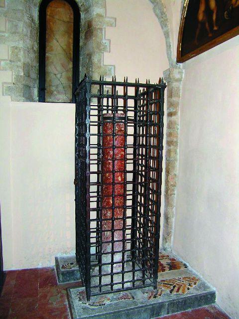 Эта колонна у подножия лестницы считается чудотворной: согласно древней легенде, она приплыла из Мир Ликийских вслед за мощами святого Николая