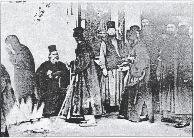 Когда снимок проявили, на нем, к величайшему изумлению монахов, обнаружился образ Пресвятой Богородицы, смиренно получающей вместе со всеми милостыню