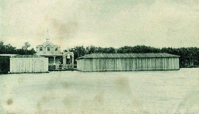 Вид со Святого озера на часовню и купальню