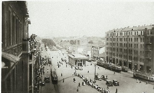 Изначально Арбатской улицей называли нынешнюю Воздвиженку, но потом Арбатом стали именовать часть Смо- ленской дороги между Смоленскими и Арбатскими воротами.