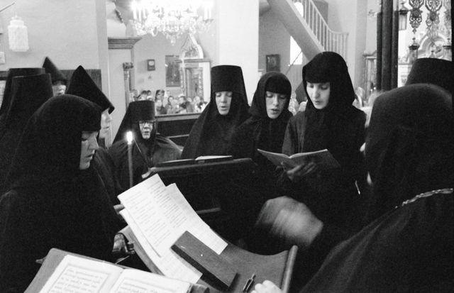 В песнопения стали включать украсительные слова нерусского происхождения, не имевшие никакого отношения к смыслу молитв