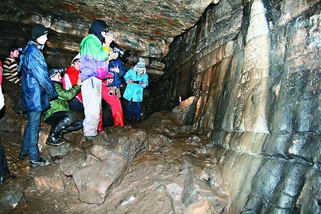 В 1980 году археологи совершили здесь сенсационное открытие: в дальней части пещеры на стенах и потолке были обнаружены около 40 групп рисунков первобытных людей
