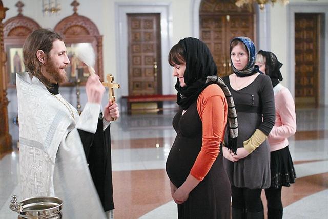 Уже не первый год батюшка служит молеб- ны для беременных, на которые люди приез- жают со всей Москвы