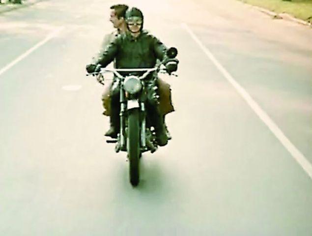 В «Покровских воротах» мимо стен Иоанно-Предтеченской обители проносился на мотоцикле Костик вместе со своим другом Савранским