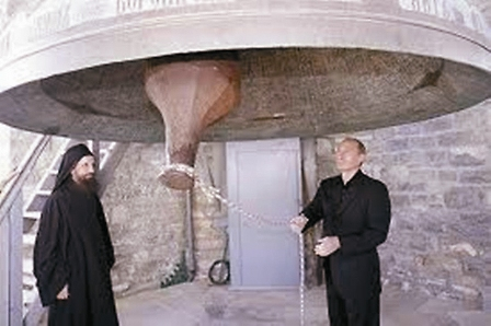 Самый громкий голос на Афоне – русский. Это колокол весом 13 тонн, отлитый в Москве в 1894 году. Его звук слышен на другом берегу за- лива.